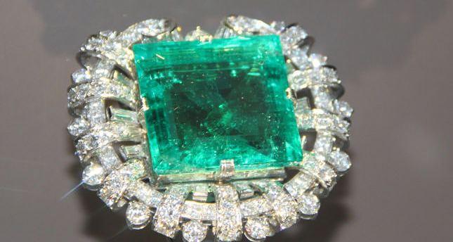 brosa cu smarald si diamante